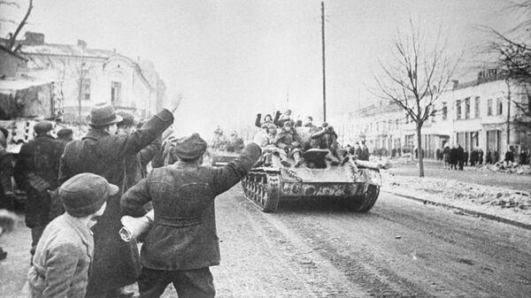 Жители города Ченстохова приветствуют советских солдат, принимающих участие в Висло-Одерской операции