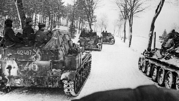 Восточно-Прусская наступательная операция. Подразделение самоходных установок СУ 76-М на марше под Кёнигсбергом. 1945 год