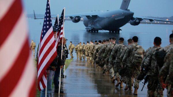 Американские военные, отправляющиеся в район операций Центрального командования США из Форт-Брэгг, Северная Каролина