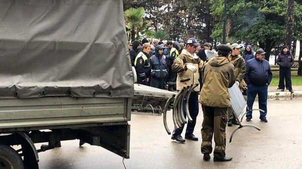 Протестующие у здания администрации президента Республики Абхазия в Сухуме