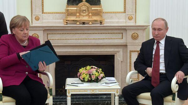 Владимир Путин и федеральный канцлер Германии Ангела Меркель во время встречи
