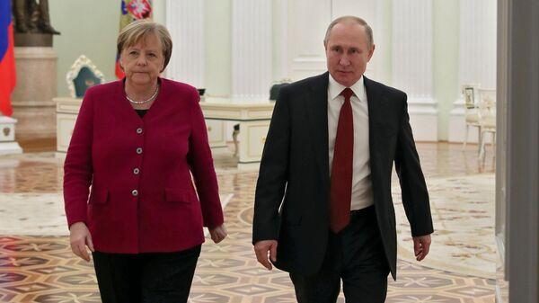Президент РФ Владимир Путин и федеральный канцлер Германии Ангела Меркель после встречи