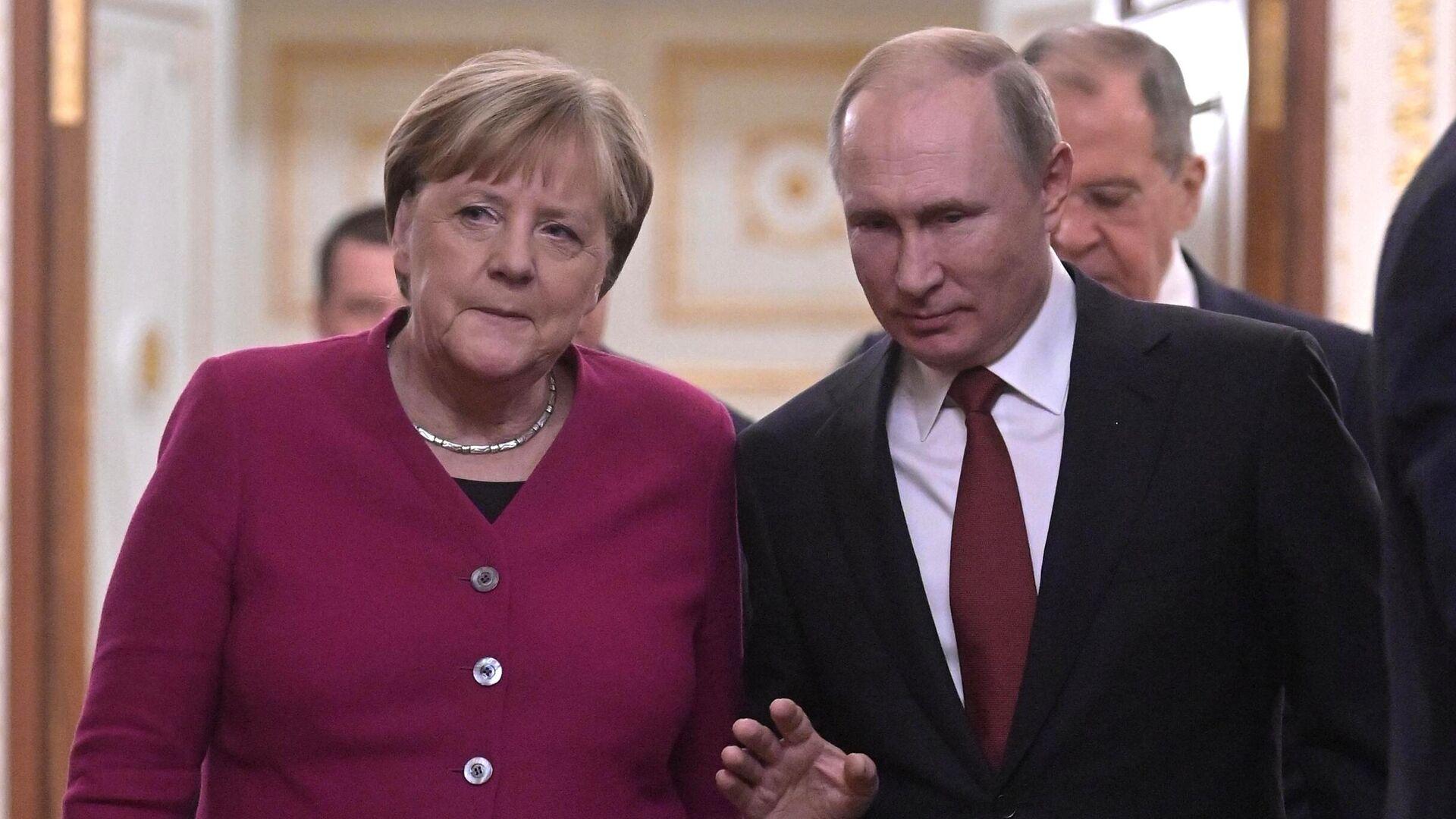 Президент РФ Владимир Путин и федеральный канцлер Германии Ангела Меркель перед совместной пресс-конференцией по итогам встречи - РИА Новости, 1920, 07.12.2020