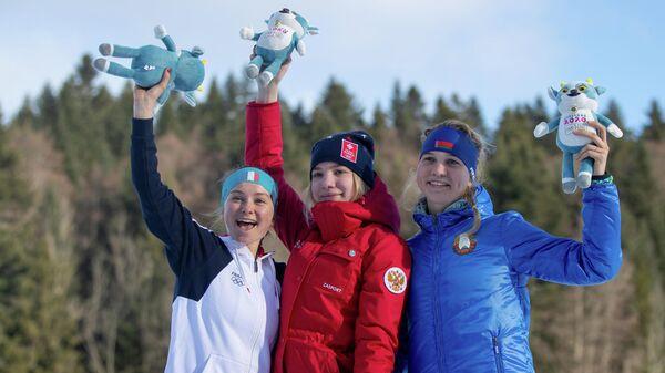 Российская биатлонистка Алена Мохова (по центру)