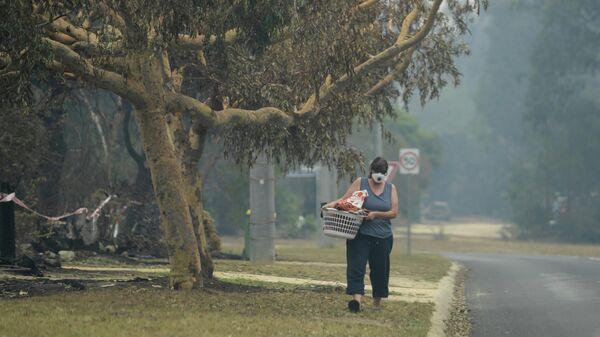 Местные жители спасаются от дыма с помощью масок, Виктория, Австралия. 10 января 2020