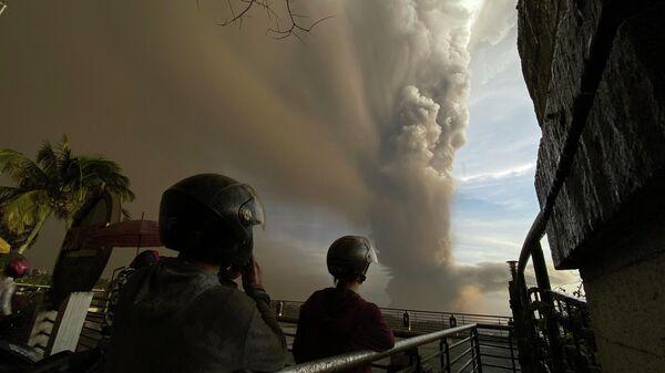 Филиппинские города эвакуируют из-за извержения вулкана