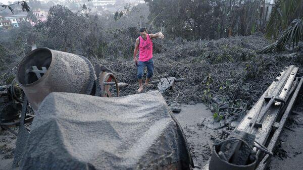 Пепел от извержение вулкана Тааль недалеко от Манилы на Филиппинах. 13 января 2020