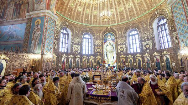 Духовенство Белгородской митрополии во время богослужения