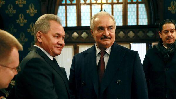 Глава Ливийской национальной армии маршал Халифа Хафтар и министр обороны РФ Сергей Шойгу
