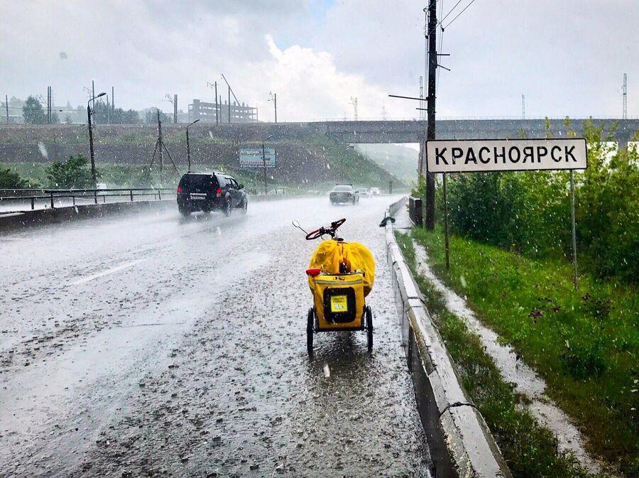 В Красноярск заезжала под ливнем