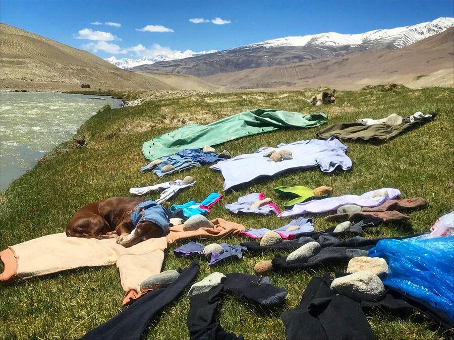 Стирка белья на границе с Афганистаном, за рекой Пяндж уже другая страна
