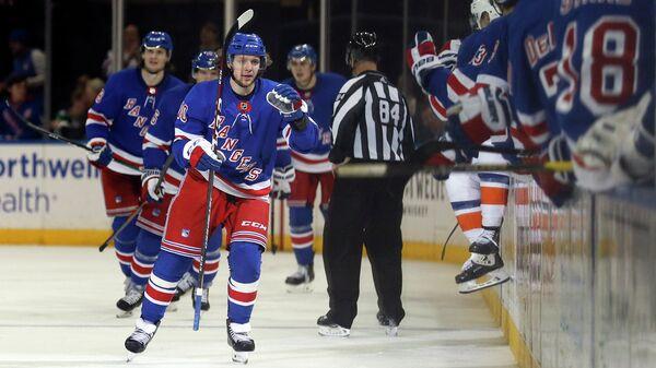 Артемий Панарин в игре за Нью-Йорк Рейнджерс в матче НХЛ против Нью-Йорк Айлендерс