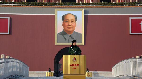 Часовой на посту на площади Тяньаньмэнь в Пекине