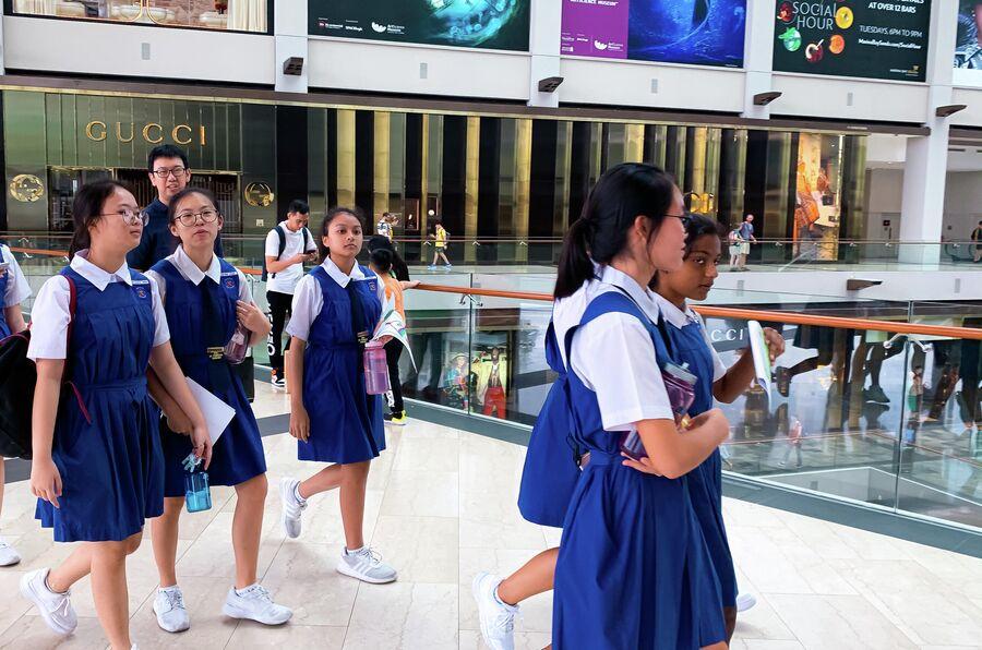 Сингапур, школьницы в торговом центре Marina Bay Sands
