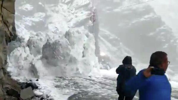 Кадр из видео со сходом лавины