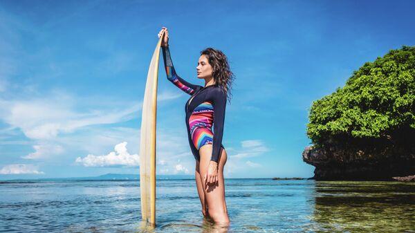 Девушка на пляже на Бали