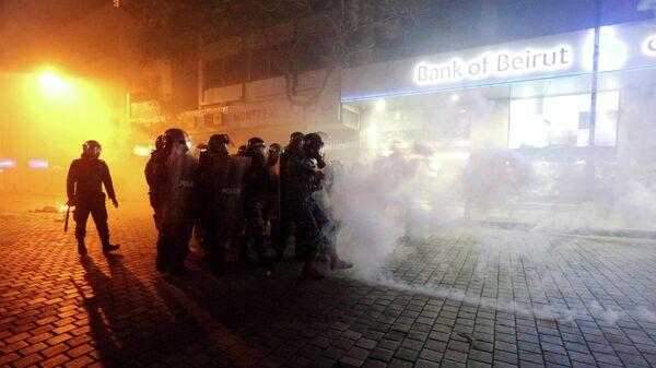 Полицейские во время беспорядков в Бейруте. 14 января 2020