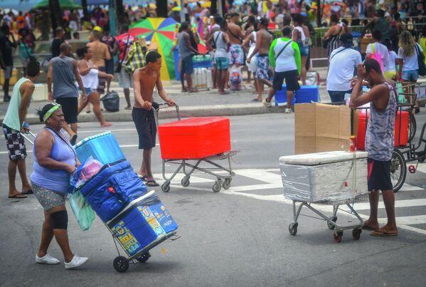 Местные жители на одной из улиц Рио-де-Жанейро