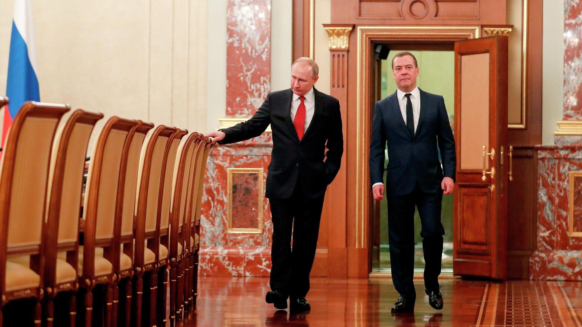 Президент РФ Владимир Путин и председатель правительства РФ Дмитрий Медведев перед встречей с членами правительства РФ - РИА Новости, 1920, 25.09.2021