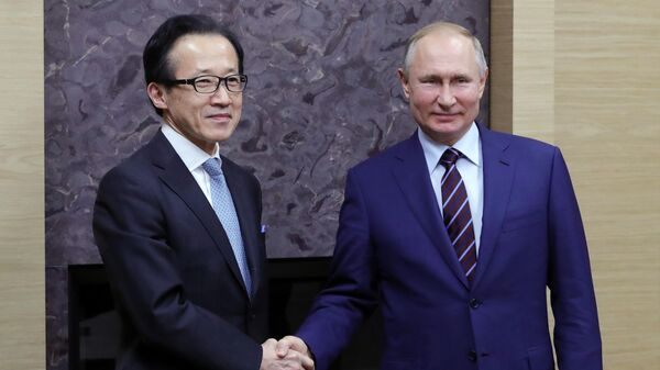 Президент РФ Владимир Путин и генеральный секретарь Совета национальной безопасности Японии Сигэру Китамура во время встречи