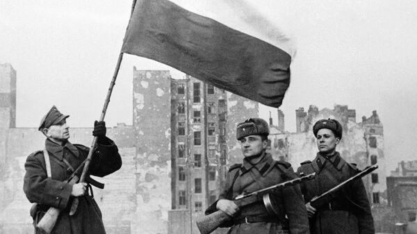 Воины Войска Польского и Советской Армии  перед водружением государственного флага Польши над освобожденной Варшавой