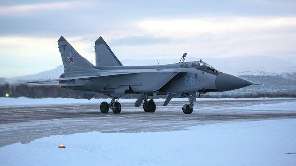 Самолет МиГ-31 во время учебно-тренировочных полетов в Мурманской области