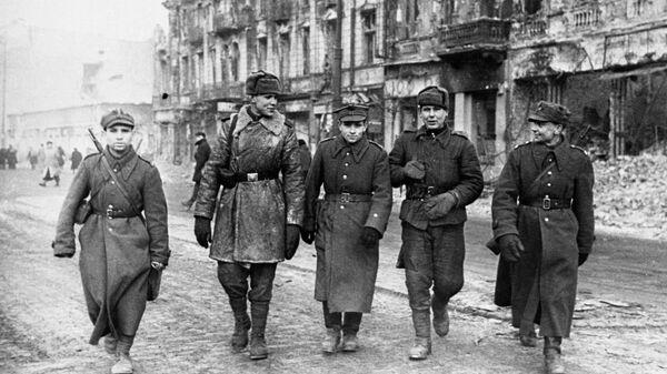 Солдаты Красной армии и Войска Польского на улицах Варшавы. 17 января 1945