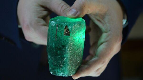 Редкий изумруд весом около 0,5 килограмма и стоимостью 55 тысяч долларов, найденный на Мариинском прииске в Свердловской области