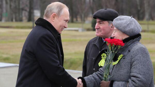 Президент РФ Владимир Путин общается с петербуржцами на церемонии возложения цветов к монументу Мать-Родина в Санкт-Петербурге