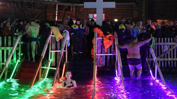 Верующие во время крещенских купаний на территории Измайловского Кремля в Москве