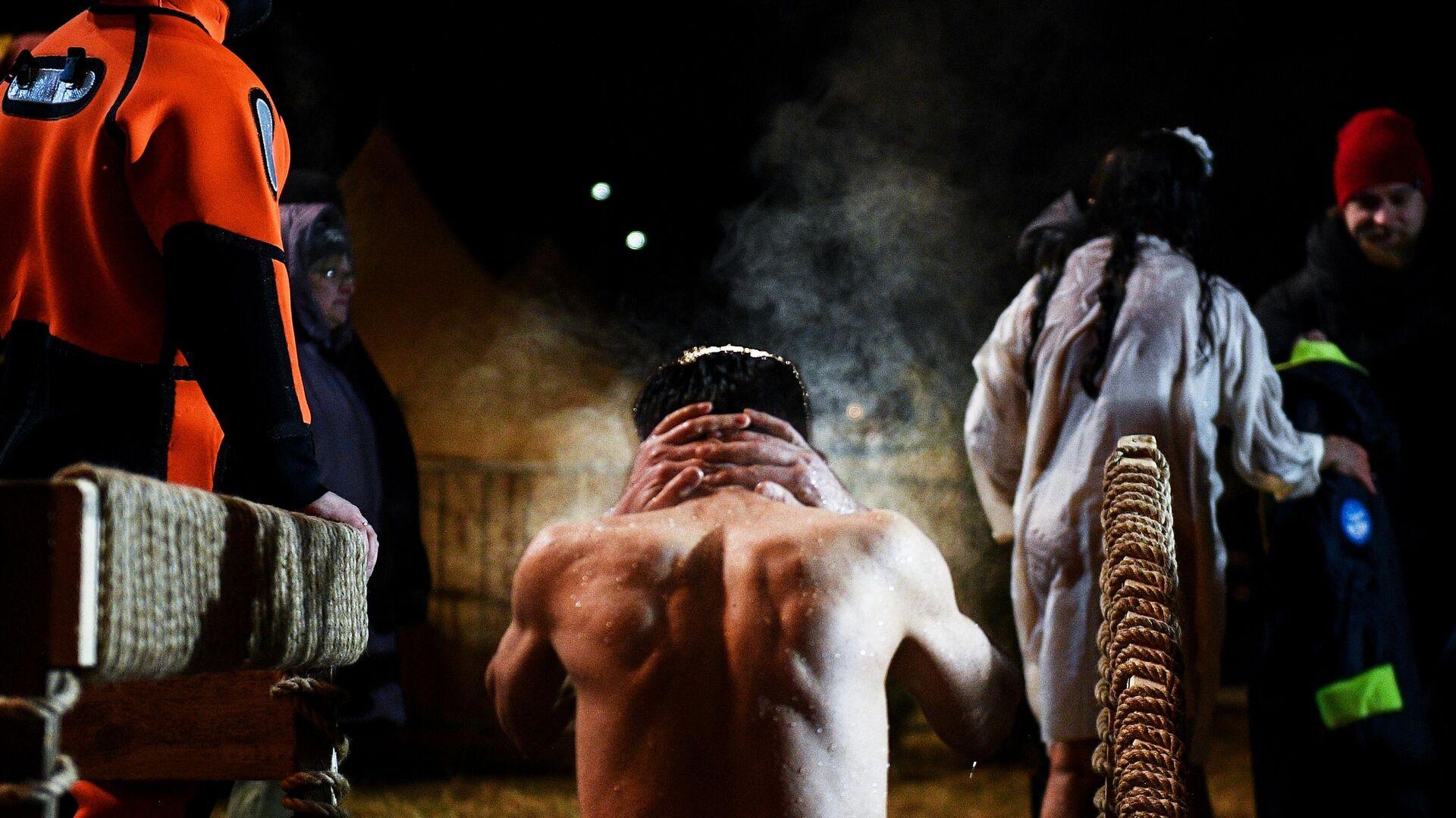 Мужчина во время крещенских купаний на территории яхт-клуба Алые Паруса в Москве - РИА Новости, 1920, 18.01.2021