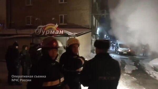 Сотрудники МЧС РФ у мини-отеля Карамель в Перми, в котором в результате прорыва трубы с кипятком погибло пять человек