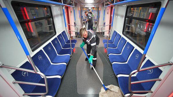 Сотрудники технической службы Московского метрополитена проводят уборку и дезинфекцию вагонов в электродепо Свиблово