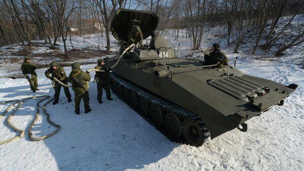 Бойцы во время укладки удлиненного заряда в машину разминирования УР-77 Метеорит во время учений ТОФ в Приморском крае