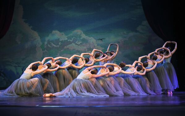 Участники шоу-балета Алиса (Керчь) выступают на конкурсе Весна священная в театре Русская песня в Москве