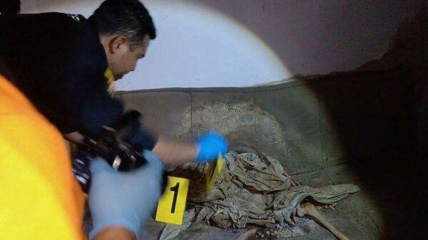 Человеческий скелет, обнаруженный в заброшенном доме в индонезийской деревне