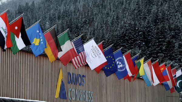 Флаги стран-участниц Всемирного экономического форума в Давосе