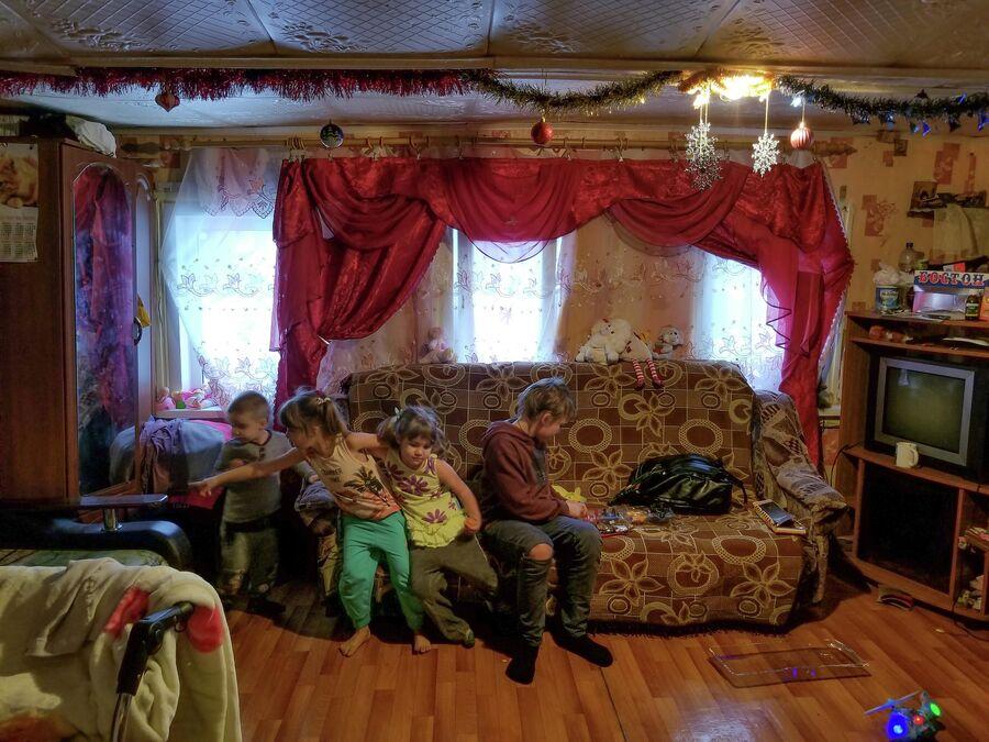 Восемь человек ютятся в единственной комнате, площадью 15 квадратных метров
