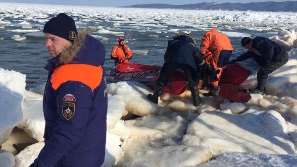 Сотрудники МЧС во время эвакуации рыбаков со льдины  в заливе Мордвинова