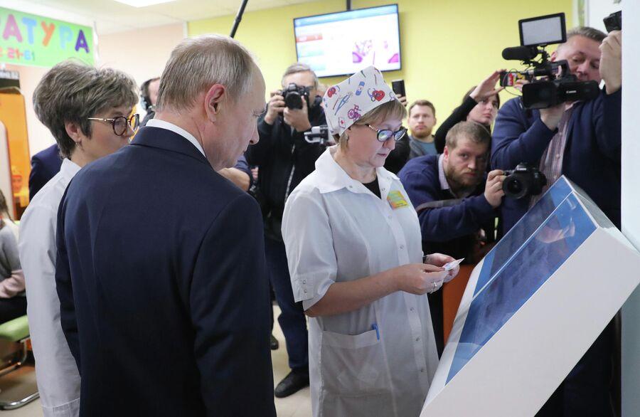 Президент России Владимир Путин во время посещения Детской поликлиники ГУЗ Усманская ЦРБ в городе Усмань