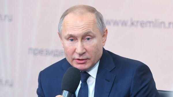 Президент РФ Владимир Путин во время встречи с представителями общественности в Липецкой области