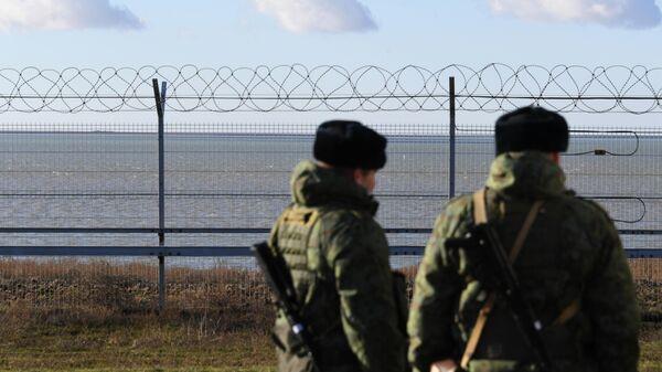 Российские пограничники у заграждения на границе с Украиной в Крыму