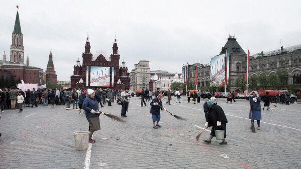 Дворники подметают Красную площадь после первомайской демонстрации