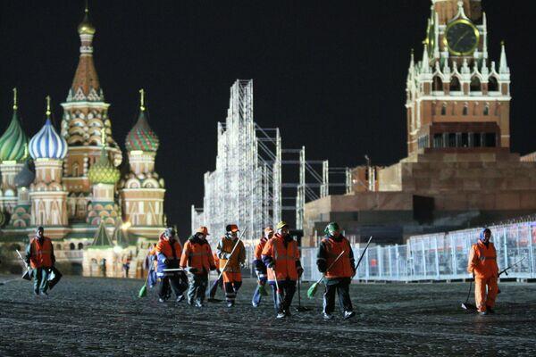 Уборка Красной площади после репетиции Парада Победы