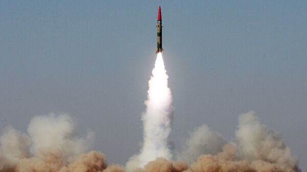 Испытательный запуск баллистической ракеты малой дальности Газнави (Хатф-3) в Пакистане