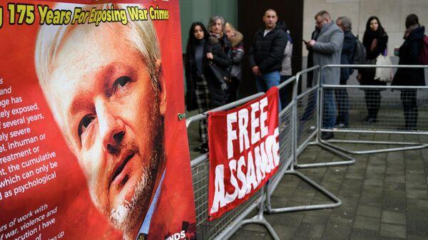 Плакаты у магистратского суда лондонского района Вестминстер, где проходит акция против экстрадиции основателя Wikileaks Джулиана Ассанжа