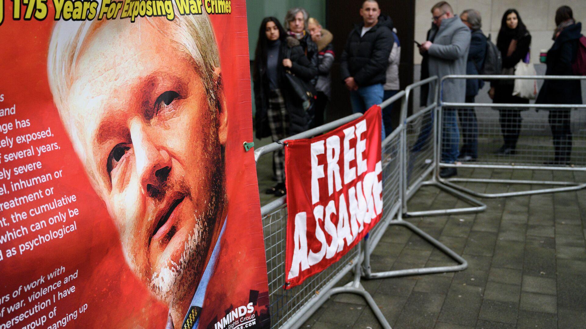 Плакаты у магистратского суда лондонского района Вестминстер, где проходит акция против экстрадиции основателя Wikileaks Джулиана Ассанжа - РИА Новости, 1920, 04.01.2021