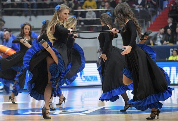 Девушки из группы поддержки во время матча Зенит – Валенсия 20-го тура регулярного чемпионата мужской баскетбольной Евролиги сезона 2019/2020