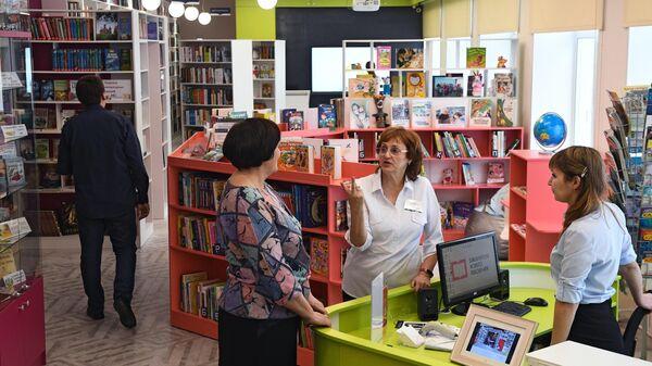 Сотрудники библиотеки во время модернизированной модельной библиотеки им. А. Кухно в селе Криводановка Новосибирской области