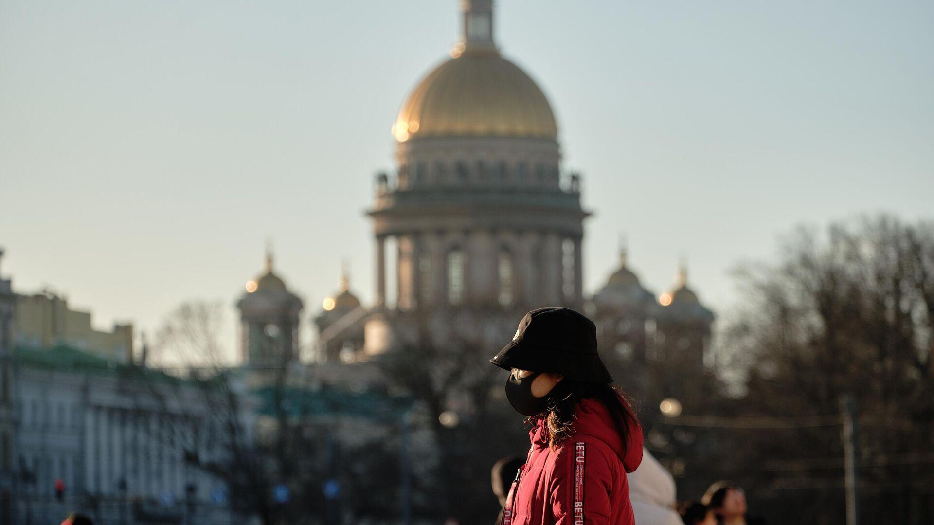 Китайская туристка на Дворцовой площади в Санкт-Петербурге - РИА Новости, 1920, 21.12.2020